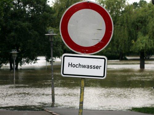 216 Tote nach Hochwasser - Helferansturm und Ratschläge von Außen