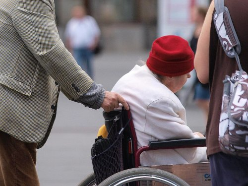 Löhne für Alten- und Krankenpflege gleichen sich nur langsam an