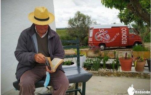 Biblioteca Itinerante de Redondo regressa à estrada e cumpre missão de levar os livros às pessoas - Rádio Campanário