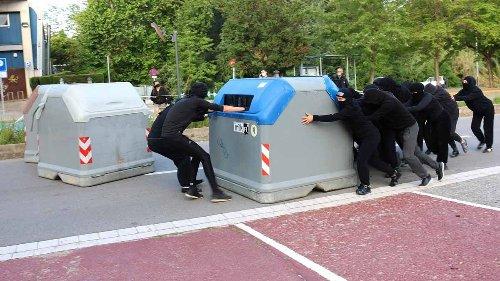 Estudiants bloquegen els accessos a la UAB i impedeixen les classes presencials