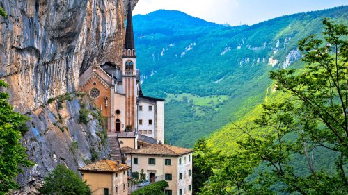 Atemberaubend: Diese Kirche hängt 770 Meter hoch im Berg