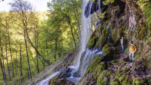 Schwäbische Alb: Idyllischer Wanderweg unter dem Wasserfall