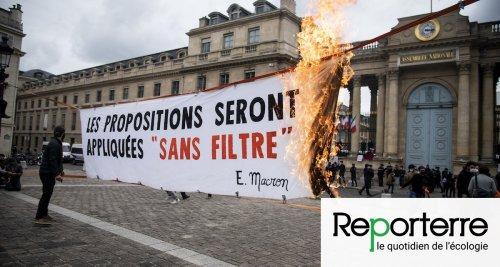 Enchaînées devant l'Assemblée nationale pour protester contre la loi Climat