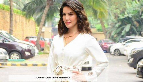 Sunny Leone is looking like a dream while strolling around in Mumbai; View Pics