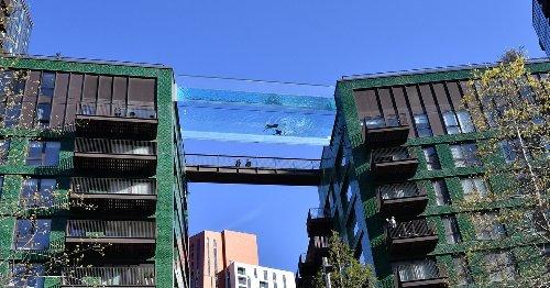 Así es la primera piscina suspendida entre dos edificios