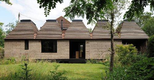 Una casa de CORCHO en un bosque de Inglaterra