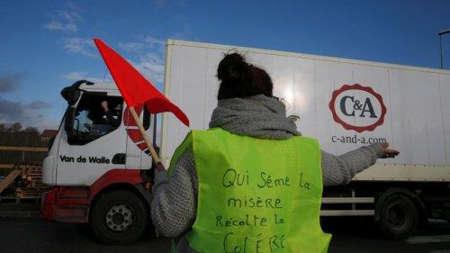 Taxes: nouveau recul de Macron mais des «gilets jaunes» toujours remontés