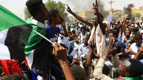 Tension au Soudan: à Khartoum, les pro et les anti-militaires dans les rues