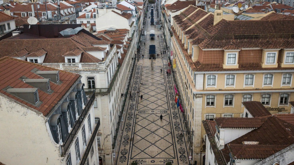 Portugal braves lockdown to vote in presidential poll