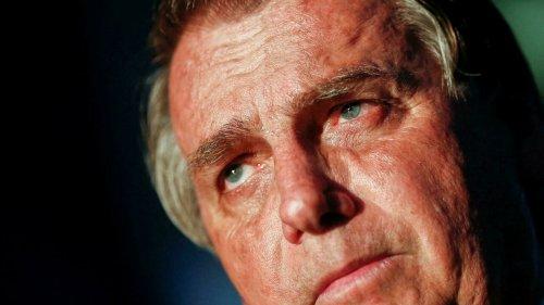 Abatido por crise política e denúncias de corrupção, Bolsonaro vai a hospital com dores abdominais