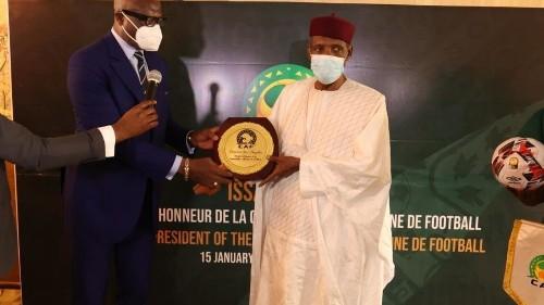 L'ancien président Issa Hayatou retrouve les honneurs de la CAF