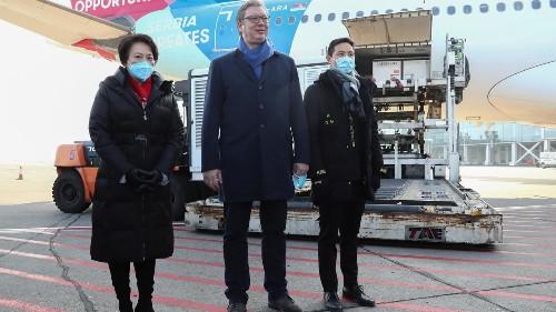 Un million de doses de vaccin chinois arrivent en Serbie, un événement très médiatisé