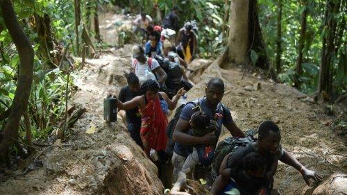 O inferno dos migrantes que atravessam selva colombiana em direção ao Panamá sob o jugo de 'coiotes'