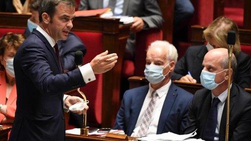 France: le pass sanitaire adopté dans la douleur à l'Assemblée