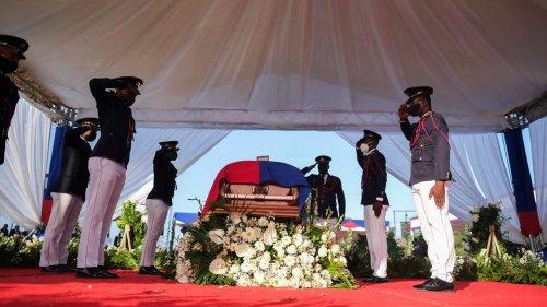 Sob forte segurança, presidente do Haiti é enterrado 16 dias depois de ser assassinado
