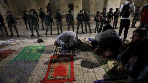 Affrontements à Jérusalem: des fidèles musulmans ont protégé des policiers israéliens