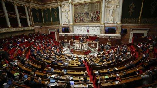France: les députés adoptent une loi controversée prolongeant le passe sanitaire