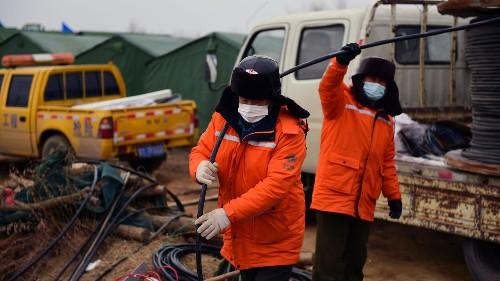 Chine: un des 22 mineurs coincés sous terre a été secouru
