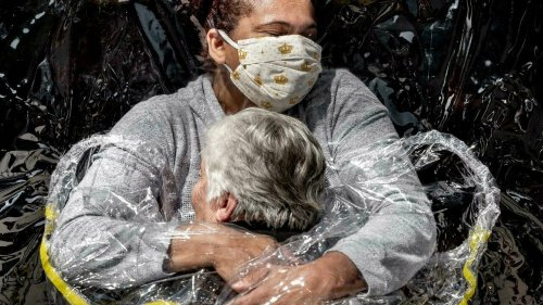 Pandemic embrace awarded World Press Photo prize
