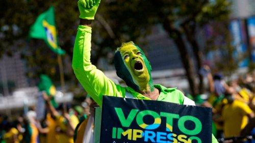 Brésil: les partisans de Jair Bolsonaro dans la rue contre le vote électronique