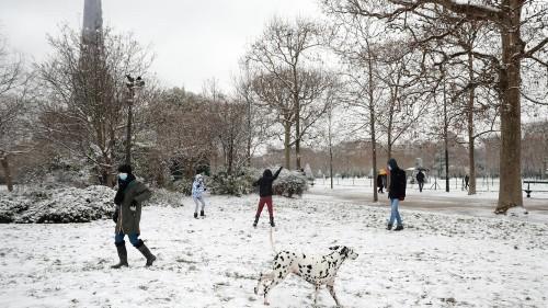В Париже прошел снегопад: фотогалерея