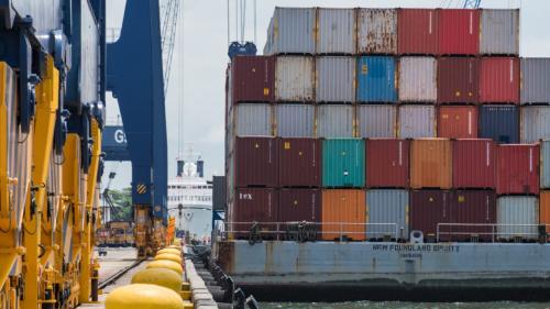 亚洲新一波疫情 干扰全球航运和晶片供应链