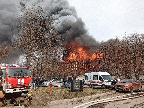 Incendiu devastator în vechiul Sankt Petersburg. Un pompier a murit luptând cu flăcările