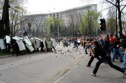 """12 ani de la protestele violente din Chișinău. ONG-uri:""""Dosarul 7 aprilie, eșuat. Toți torționarii au scăpat basma curată"""""""