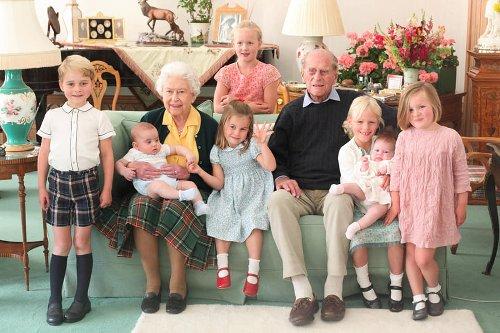 Familia regală britanică a distribuit pe reţelele de socializare imagini inedite cu prinţul Philip şi strănepoţii săi