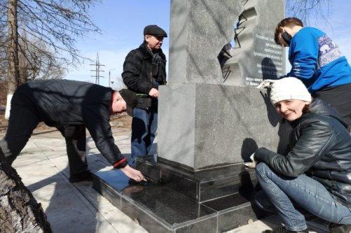 """В Архангельске привели в порядок мемориал """"лыжникам в валенках"""""""