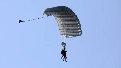 Fallschirmlehrer stirbt bei Tandemsprung - Passagier gerettet