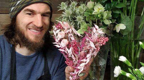 """Zum Muttertag: Youtuber """"Der Blumenmann"""" zeigt, wie Sie ein Gesteck in Herzform basteln"""