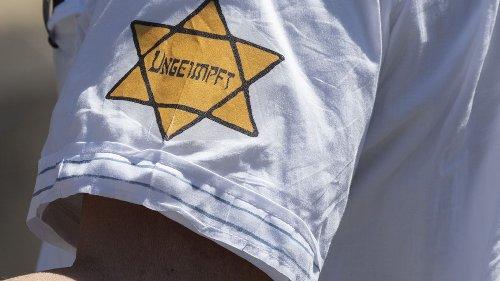 """Antisemitismus auf Corona-Demos: Verbot des gelben """"ungeimpft""""-Sterns gefordert"""