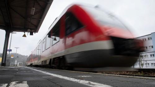Betrunkener Mann überlebt Zusammenprall mit Zug schwer verletzt