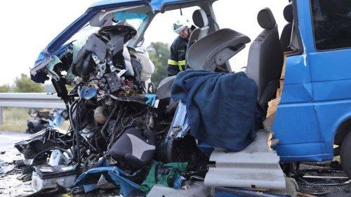 Auto prallt gegen Urlauber-Kleinbus aus Sachsen: Zehn Menschen verletzt