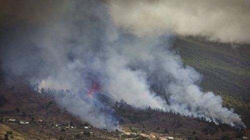 Vulkan auf spanischer Insel La Palma ausgebrochen – Lavastrom nähert sich Gruppe von Häusern