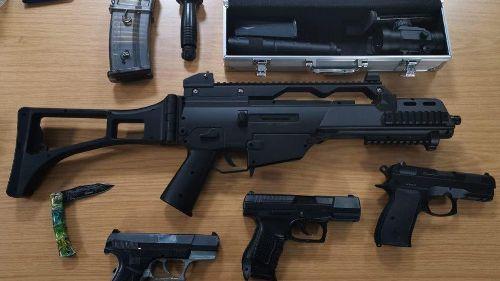 16-Jähriger mit täuschend echt aussehendem Waffenarsenal gestoppt