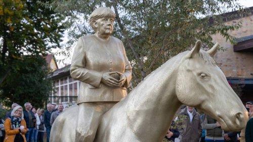 Angela Merkel auf dem Pferd: Reiterstatue mit der Kanzlerin enthüllt