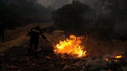 Anwohner und Anwohnerinnen fliehen vor Waldbrand bei Athen