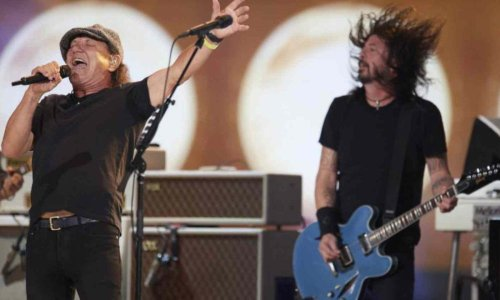 """Brian Johnson performs """"Back In Black"""" with The Foo Fighters"""