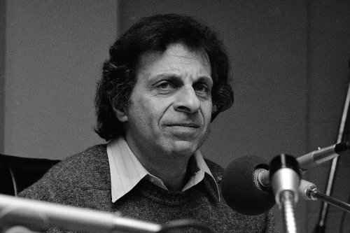 Mort Sahl, Incisive Stand-Up Comic, Dead at 94