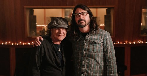 """Foo Fighters spielen """"Back In Black"""" von AC/DC mit Brian Johnson"""