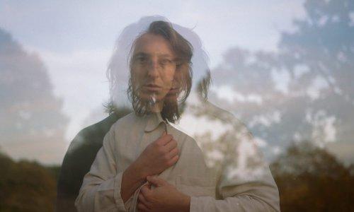 Luca Wilding renoue avec son père dans l'ode folk « Book of Fate »