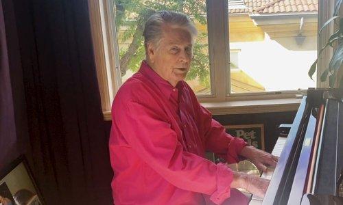 Brian Wilson seul sur son piano, il revisite les classiques des Beach Boys