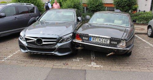 Sechs geparkte Autos angefahren: 84-Jähriger richtet bei Unfall 30.000 Euro Schaden an