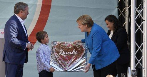 Laschet und Merkel in Aachen: Buh-Rufe und Printen-Herzen