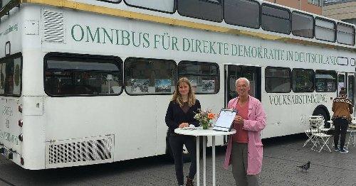 Bürgerinitiative und kulturelles Unternehmen: Bus für direkte Demokratie wirbt in Dinslaken für Volksabstimmungen