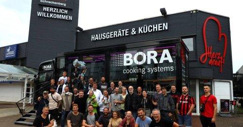 Düsseldorfer Straße: Henk von den Born kocht bei Helfer-Party