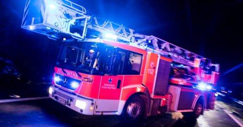 Einsatz in Rommerskirchen: Überseecontainer mit Motorrädern in Brand geraten