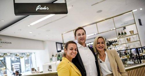 Einen Kaffee in Düsseldorfer Schaufenster trinken: Der Kö-Kaufhof hat nun das Rosalie's